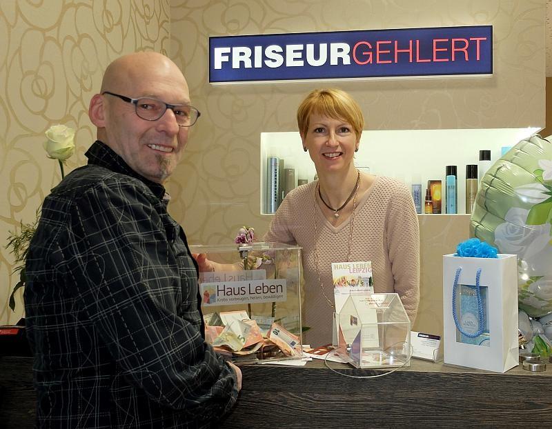 Peggy Magnussen (Friseur Gehlert) mit Volker Große (Haus Leben e. V.)