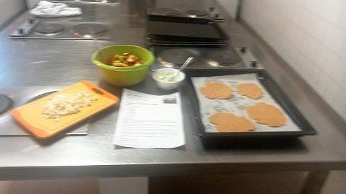 Gemüsefladen mit Feta ausrollen