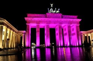 Germany_Brandenburg_Gate_ELC_BCA_Campaign1Estee Lauder Companies Kampagne Bewusstsein für Brustkrebs