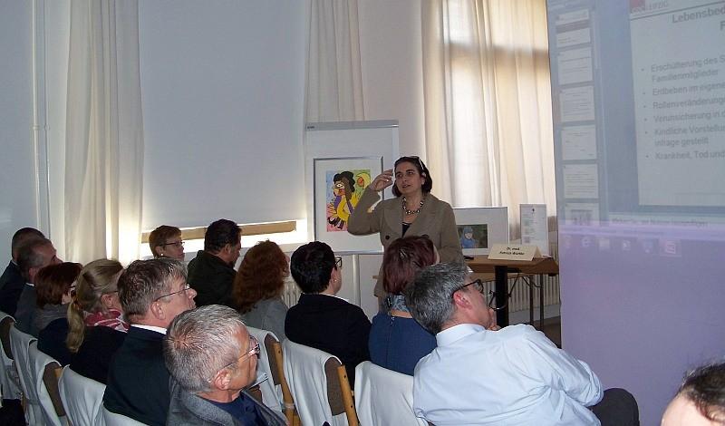 Dr. med. Luisa Mantovani Löffler begrüßte die Gäste im Haus Leben Leipzig