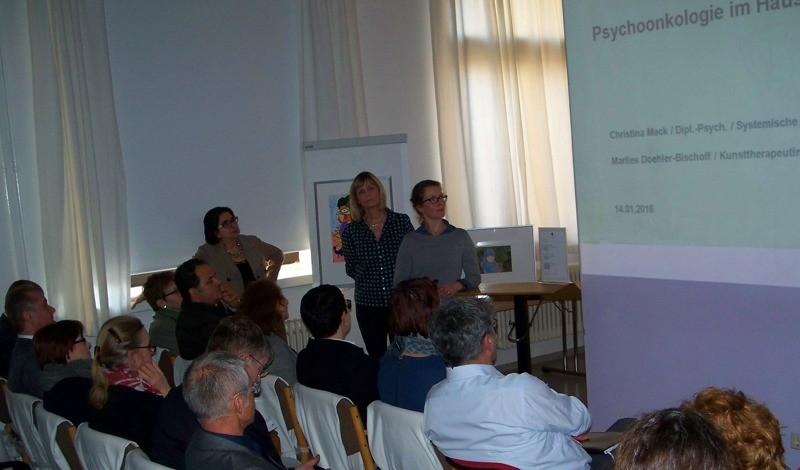 Christina Mack (stehend, rechts) und Marlies Doehler-Bischoff (stehend, Mitte) berichteten von der Arbeit des Haus Leben Leipzig