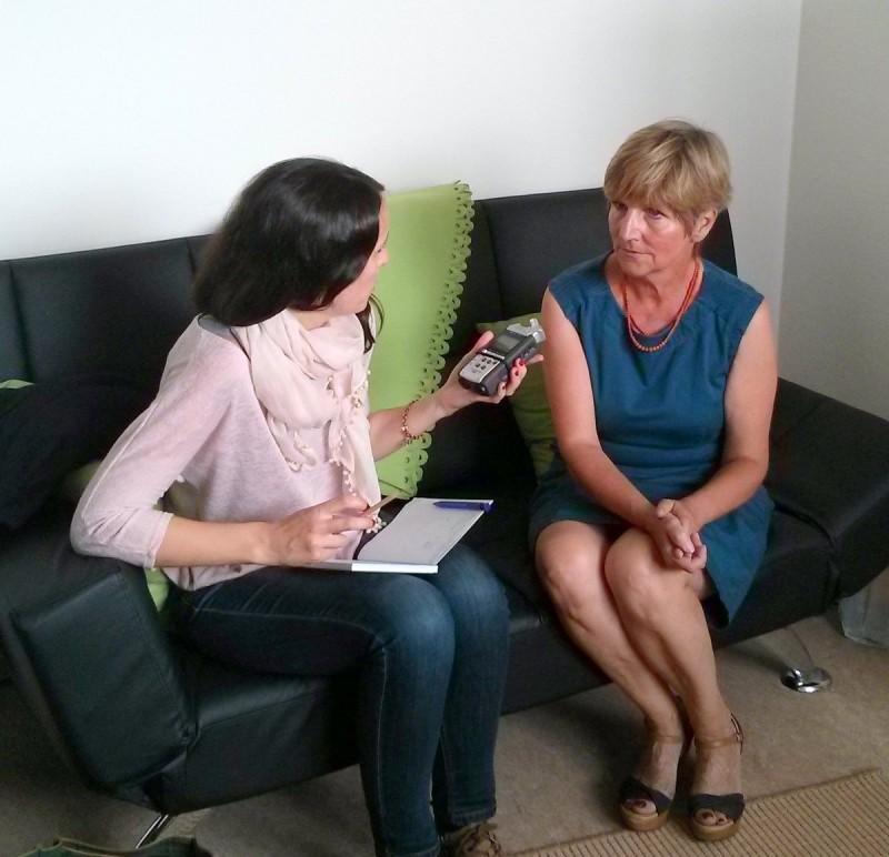 Sommerfest_HLD_08092014_2, Ulrike Dornheim (rechts) berichtet Adelin Bruzat von der Arbeit des Haus Leben Delitzsch