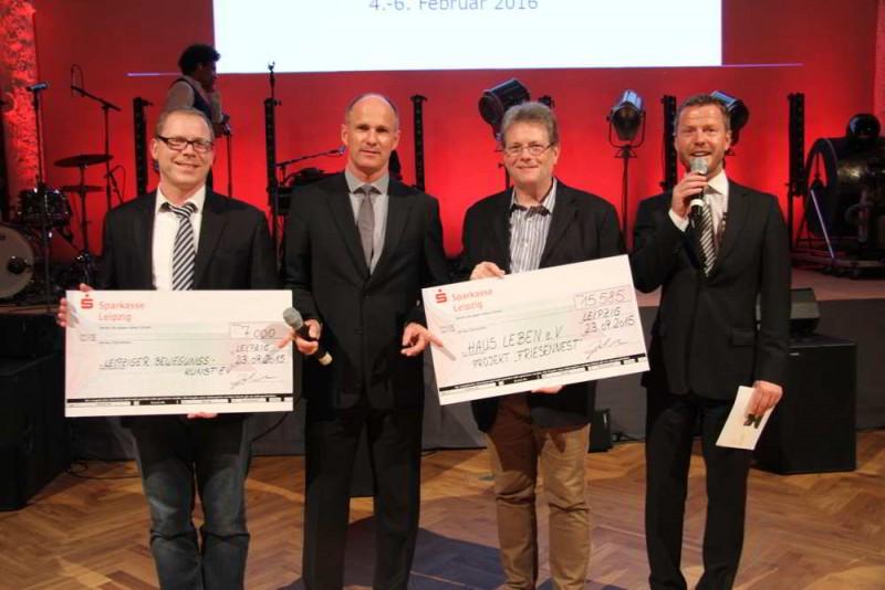 Andreas Habicht (2. v. r.) nimmt den Spendenscheck für den Haus Leben e. V. entgegen