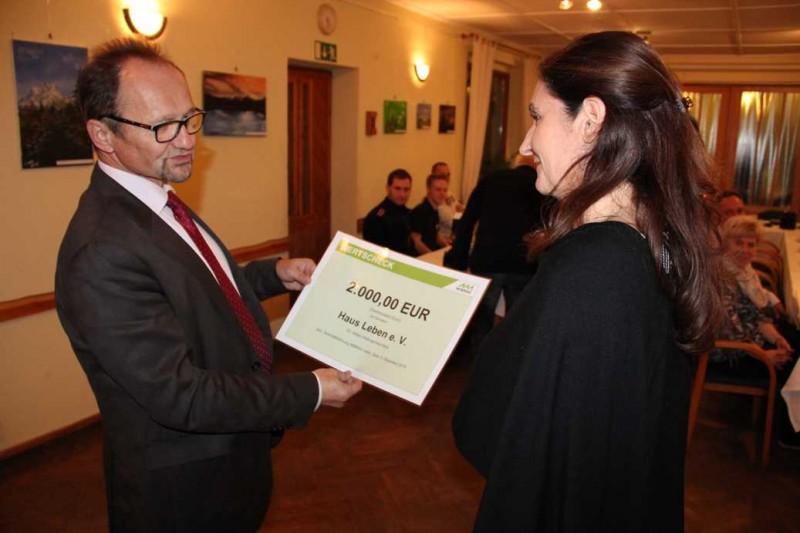 Herr Heinz Junge überreicht Frau Michaela Bax, stellv. Vereinsvorsitzende den Weihnachtsscheck